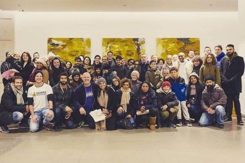 """egy család vagyunk - """"Mind testvérek vagyunk, egyenlőek nemzetiségtől, vallástól, bőrszíntől, osztálytól és egyéb bélyegektől függetlenül"""""""
