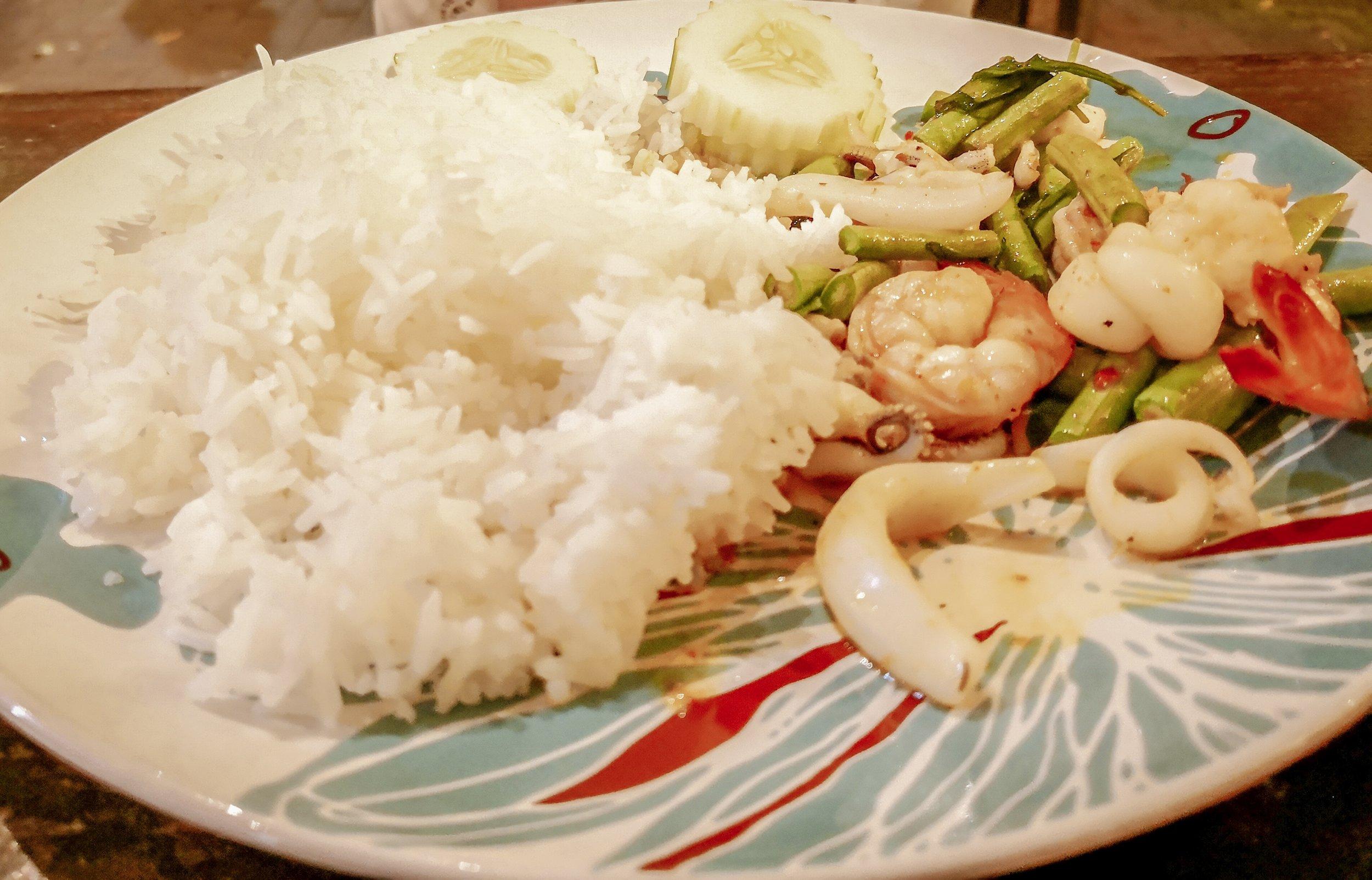 Pirított tengeri herkentyűk zöldségekkel és rizzsel