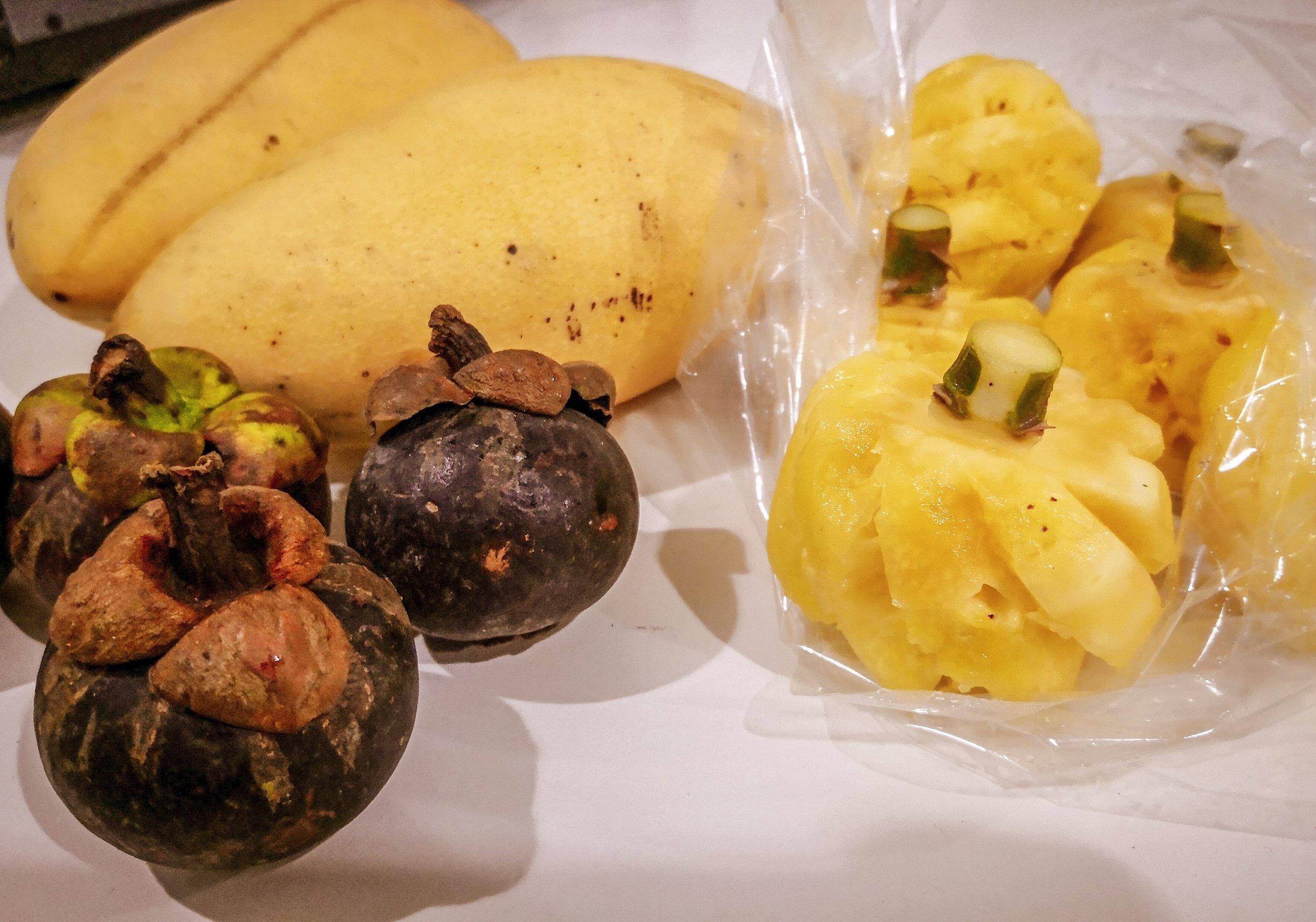 Mangó, mini ananász és mangosztán ( vagyis az istenek gyümölcse)