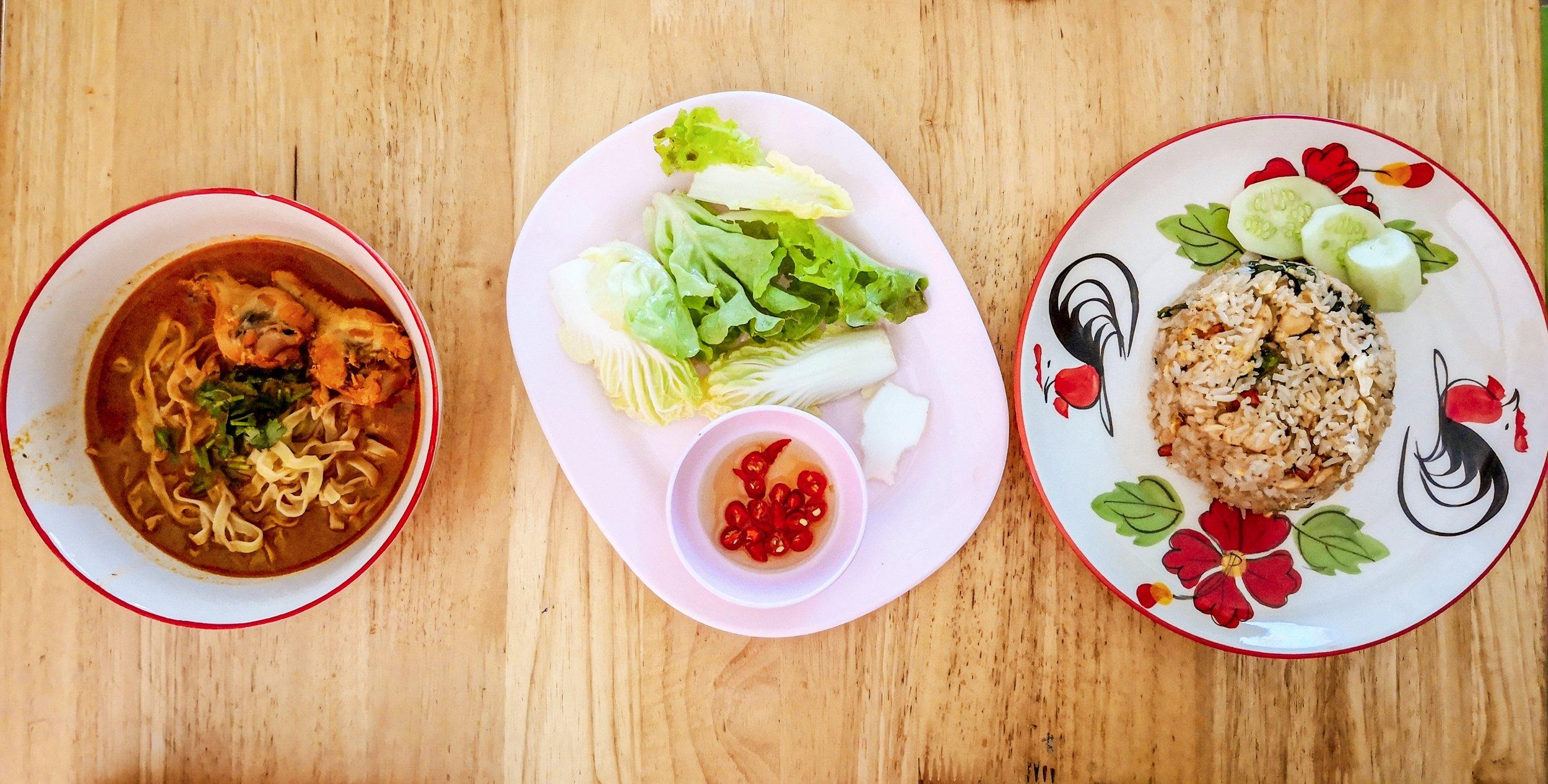 Khao Soi balra és húsos piríott rizs jobbra