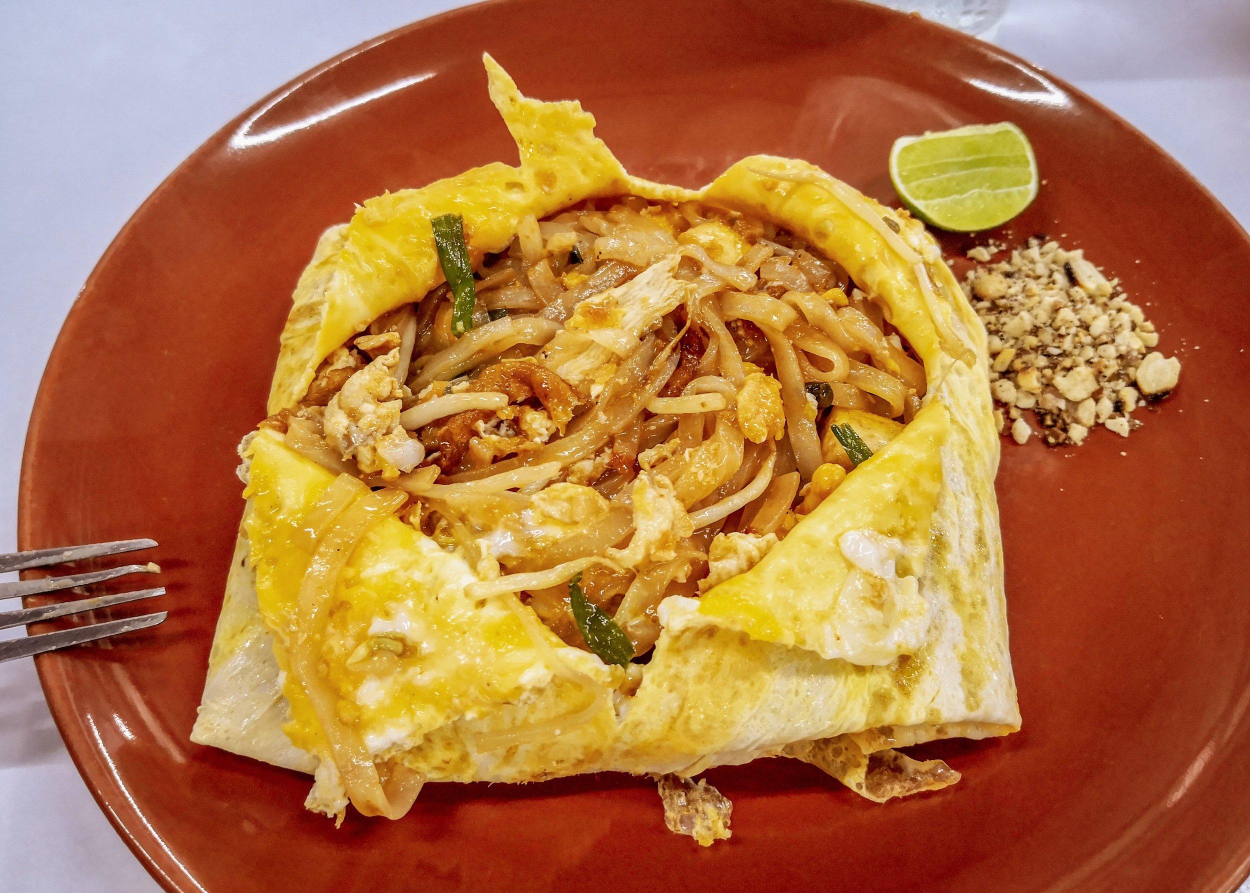 Pad Thai omlettben, mogyoróval - pirított rizstészta zöldségekkel, csirkével és tojással, a leggyorsabban elkészíthető Thai fogás