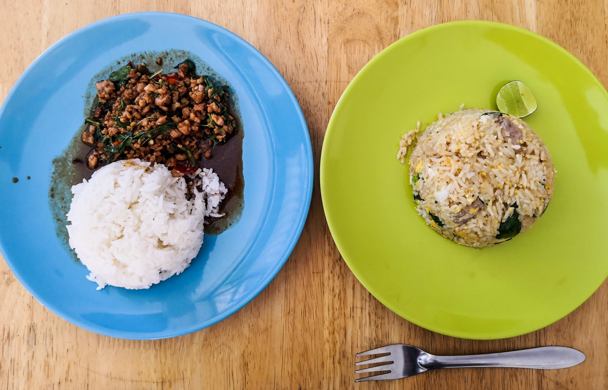 Balra: darált disznóhús bazsalikomos, csilis szójaszószban rizzsel - Levi kb minden másnap ezt ette.  Jobbra: húsos, zöldséges pirított rizs. Nem néz ki felnőtt adagnak, de valójában elég laktató