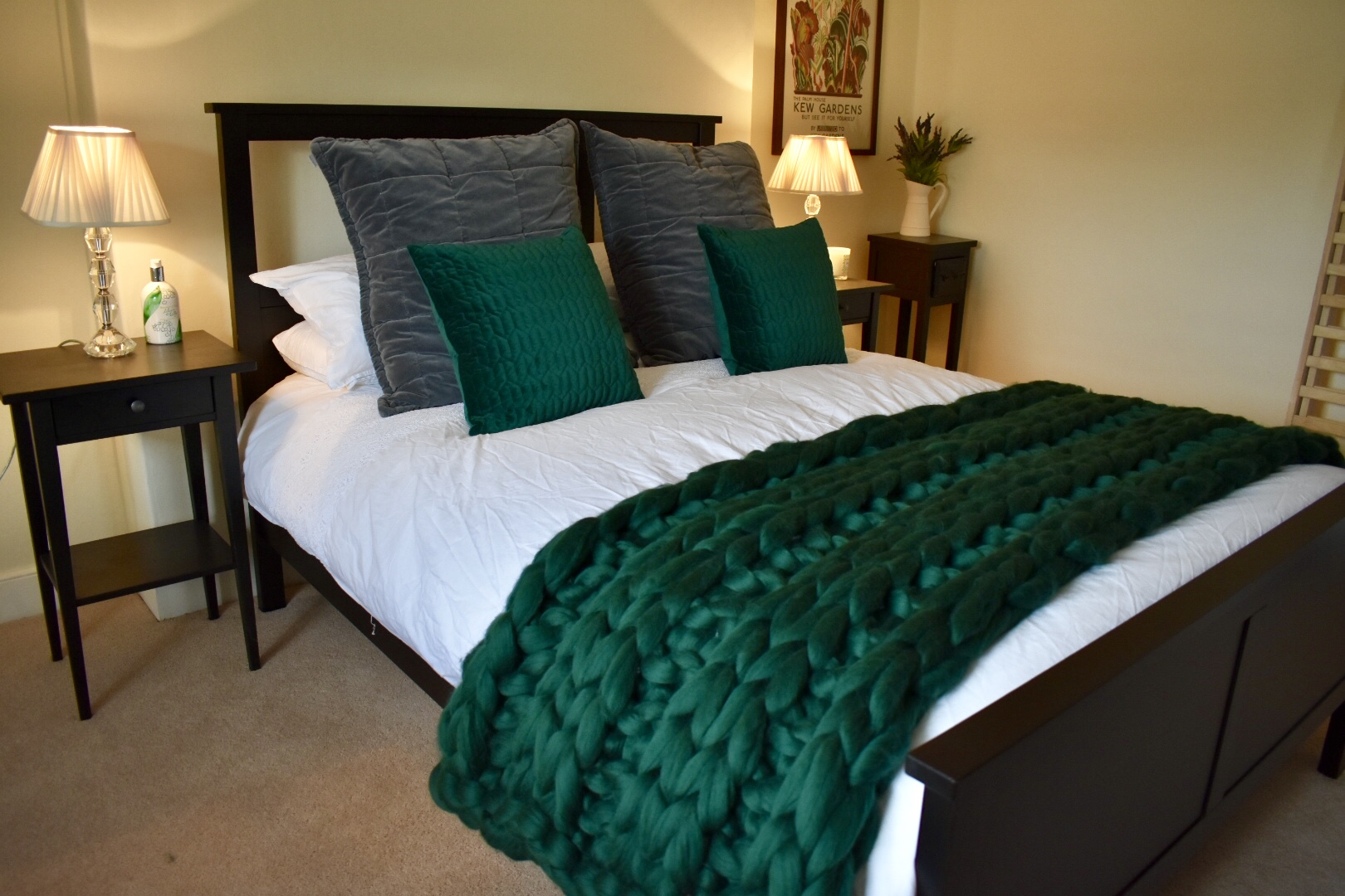 The hastings Throw IN pine - 100% Merino WoolColour: PineSize: Approx 32