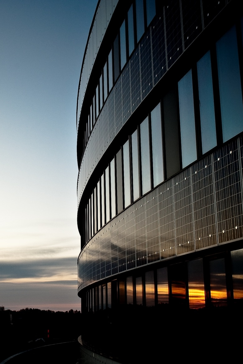Solceller integreret i facader og vinduer   Facadematerialer, vinduesrammer og paneler med solceller producerer pga. deres ofte lodrette position mindre strøm end skrå eller vandrette tagkonstruktioner. I glas- og vinduesprodukter skal der også tages hensyn til lysindfald, men det kan bruges i f.eks. glasværn i altaner. Disse produkter er primært brugt i forsøgsprojekter og er ikke så langt fremme effektivitetsmæssigt som f.eks. tagmaterialer med integrerede solpaneler.