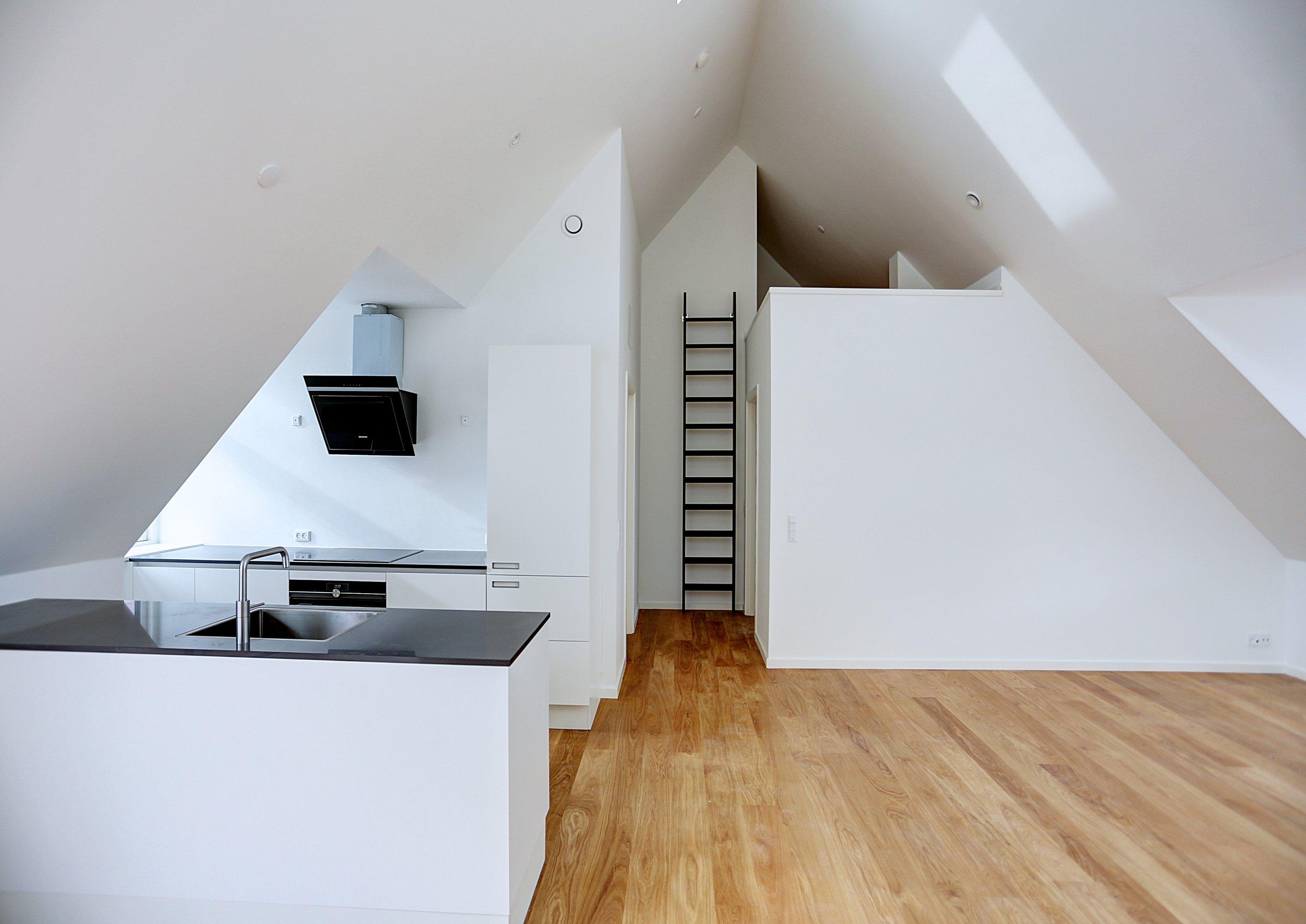 Køkkenet efter loftsrummet er blevet til en færdigrenoveret taglejlighed.
