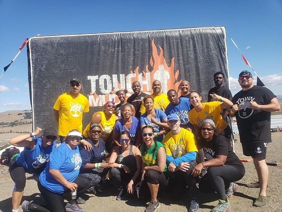 19 members of the AG Fitness crew pose before the race!