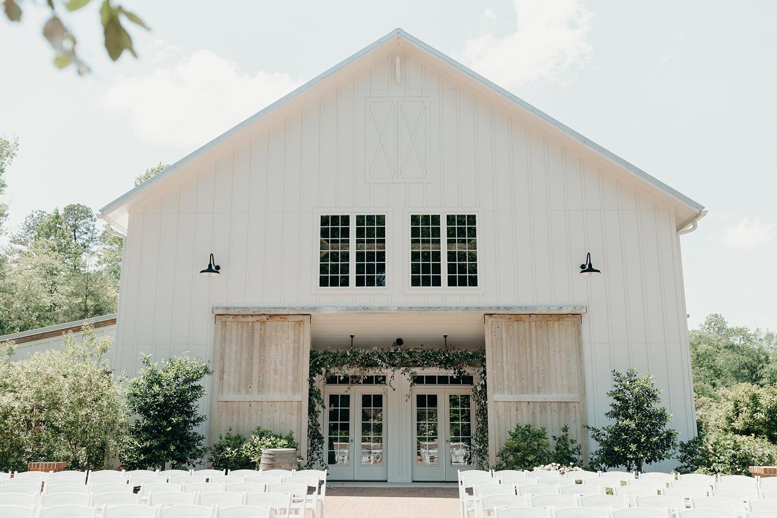 White barn + Lots of natural greenery = �