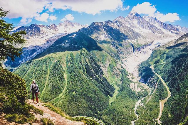 a long trek up through the woods, and finally you get to a point where this is your view for hours .. SO worth it 🙌🏼 📸: @rufflifeadventures  #hiking #charmonix #mountains #france