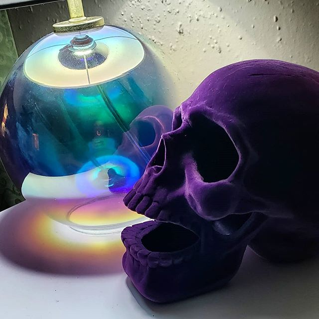 I don't know if the Halloween industry had in mind this as everyday decor? But being honest, my iridescent lamp and purple velvet skull is my genuine aesthetic. ♡