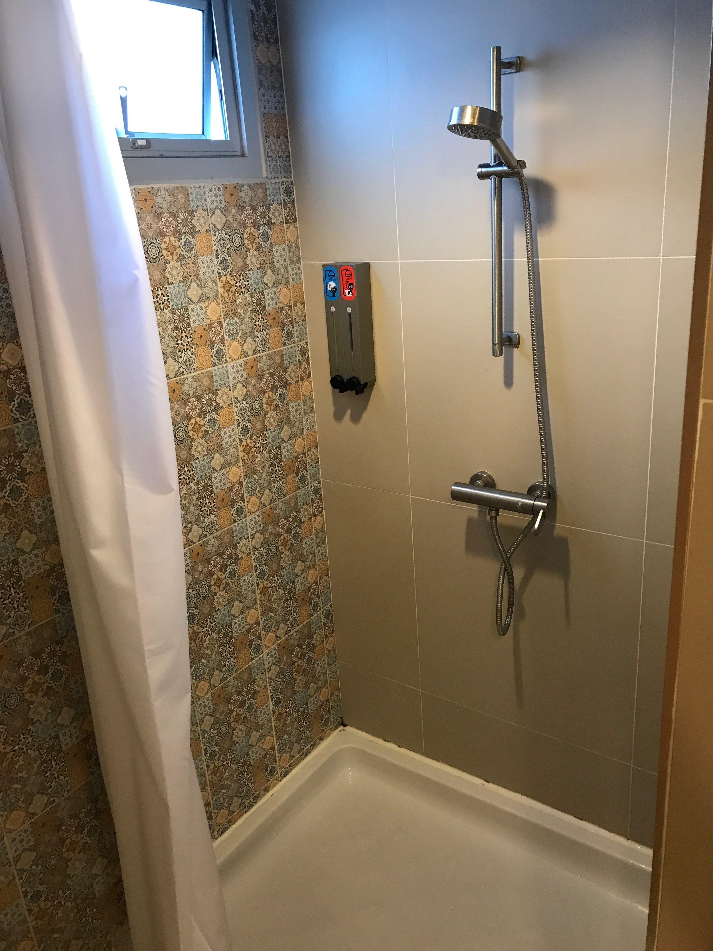 hostel bath 2.JPG