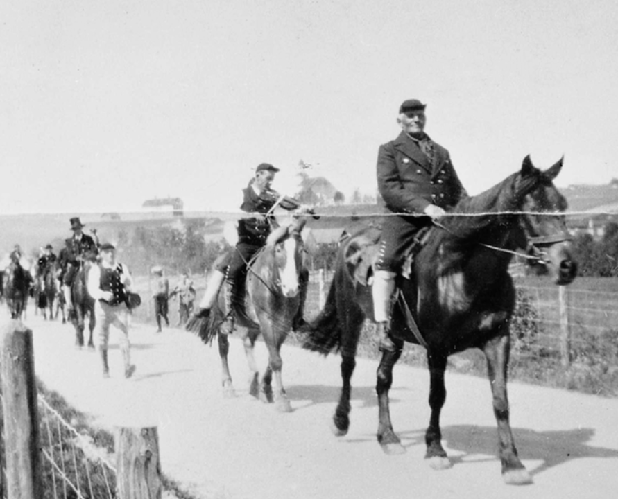 Procession by horse and fiddle, Tynset. Photo: Musea i Nord-Østerdalen