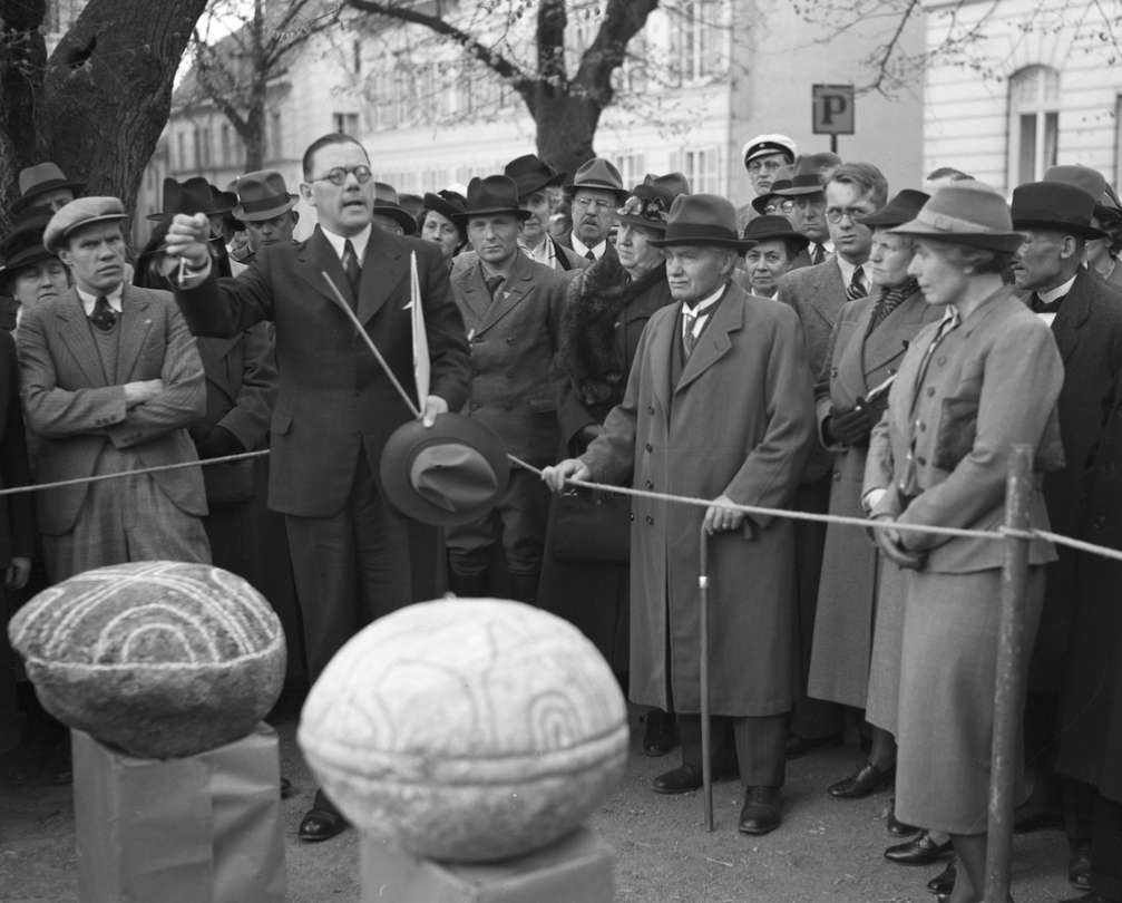 National antiquarian Nils Sundquist presenting grave orbs to an enthusiastic crowd in Uppsala, 1940. Photo: PAul Sandberg/ Upplandsmuseet