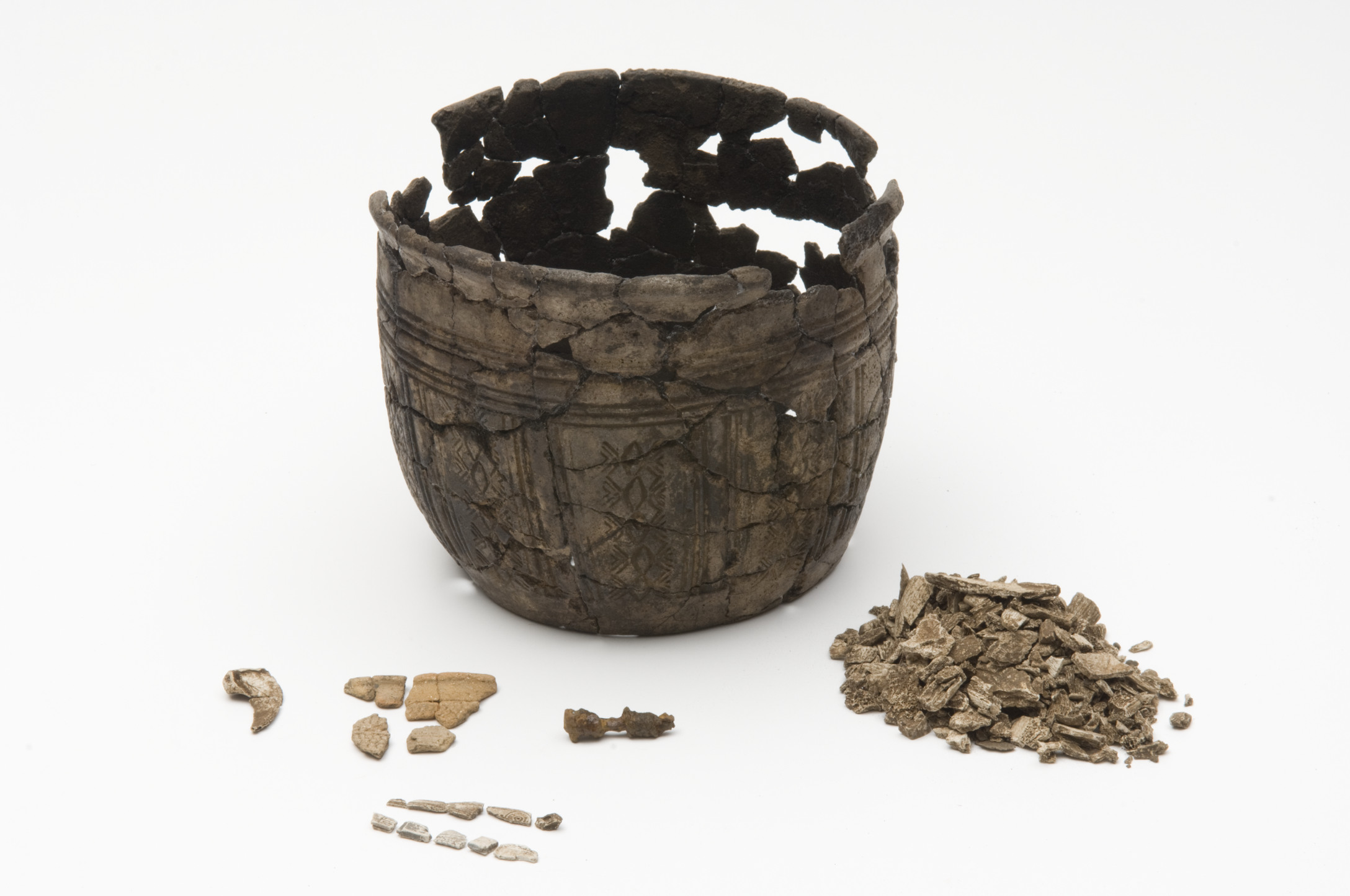 Migration period funerary urn, Sørbø, Rogaland, Norway. Note the small amount of burnt bones to the right. Credits: Arkeologisk Museum i Stavanger