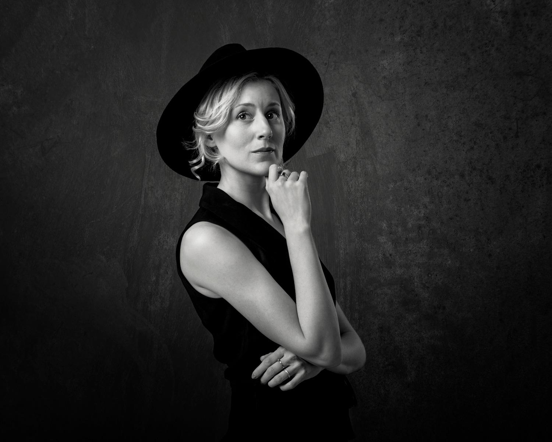 Från en studiofotografering med Frida Andersson, till hennes album med tolkningar av finlandssvenska visor.