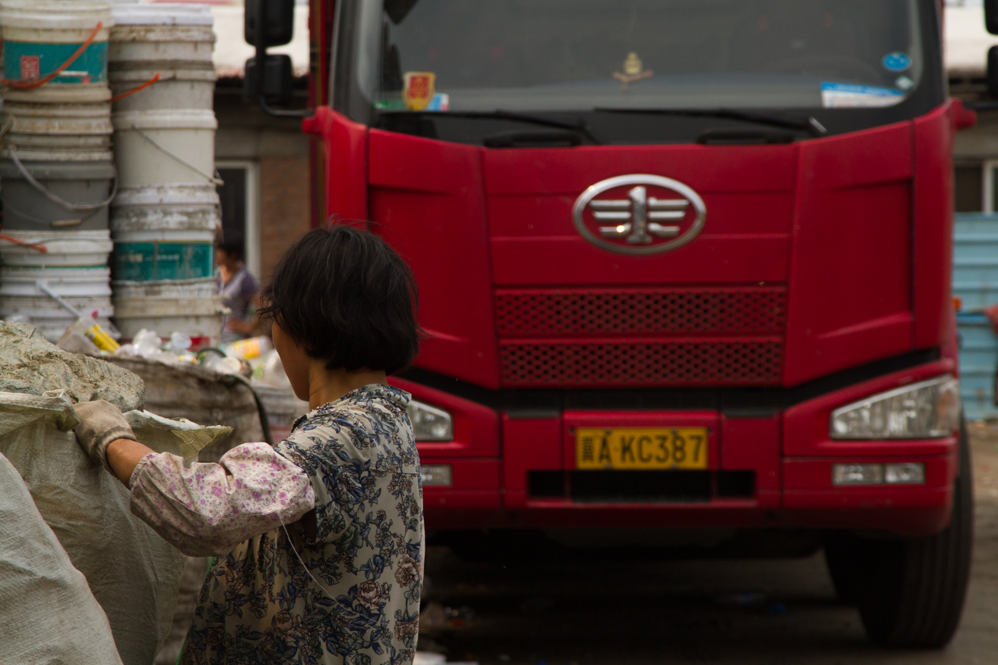 A migrant worker from Gushi sorts trash in Lang Dai,Beijing.