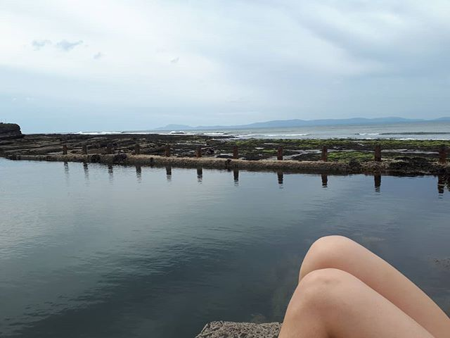 Did you know we have an infinity pool in Bundoran? @saltwaterstories.me and I made te most of it at the weekend ☺ We swam lenghts and all! Also: hot dogs or legs? * * * #bundoran #discoverbundoran #wildatlanticway #donegal #learnenglish