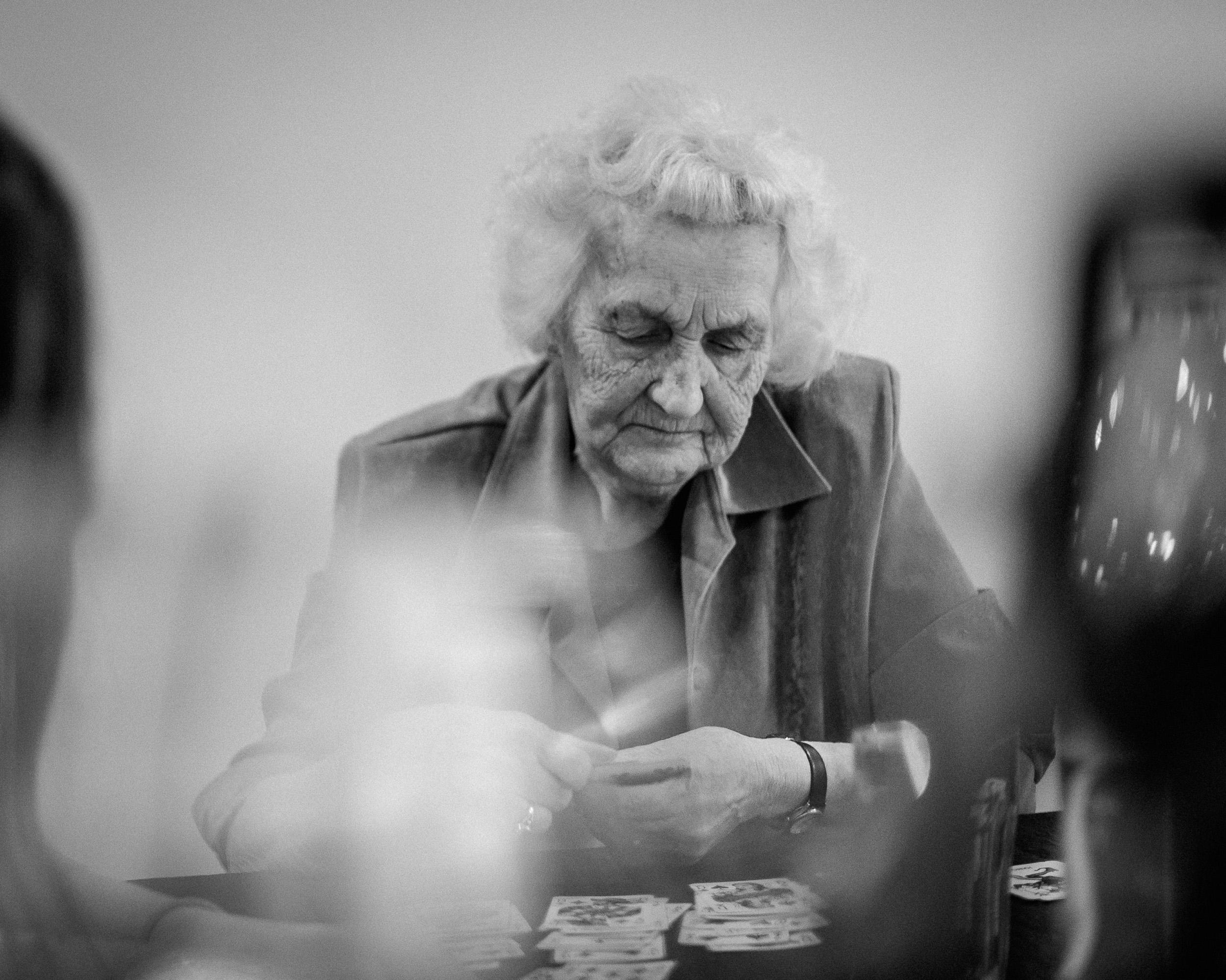 Min mormor som jeg altid vil huske hende, siddende stille ved bordet og lægge kabale. P.S. hun få dem altid til at gå op, tænke lidt over det..
