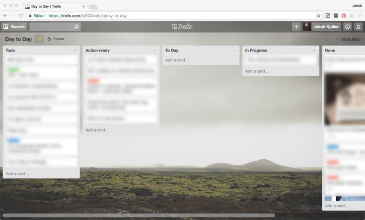 Trello er et online opgavestyringsprogram, super enkelt. Jeg har en liste samt, vi har en fælles, fruen og jeg.