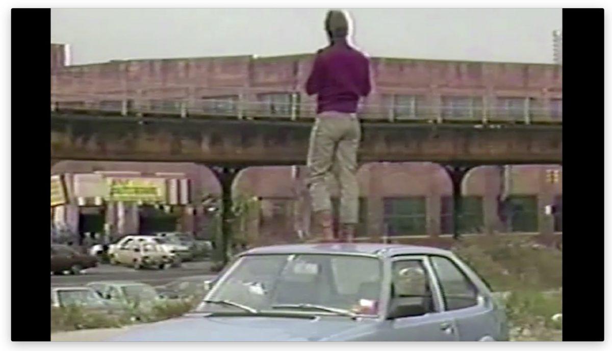 Martha Cooper er nød til at komme højt op, for ar fange grafittien på togene. Det var aldrig gået med min bil.