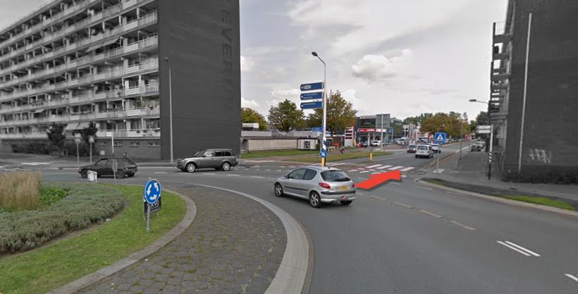 Op de Diependaalselaan is er de rotonde bij de Zeverijnstraat. Deze straat gaat u in.