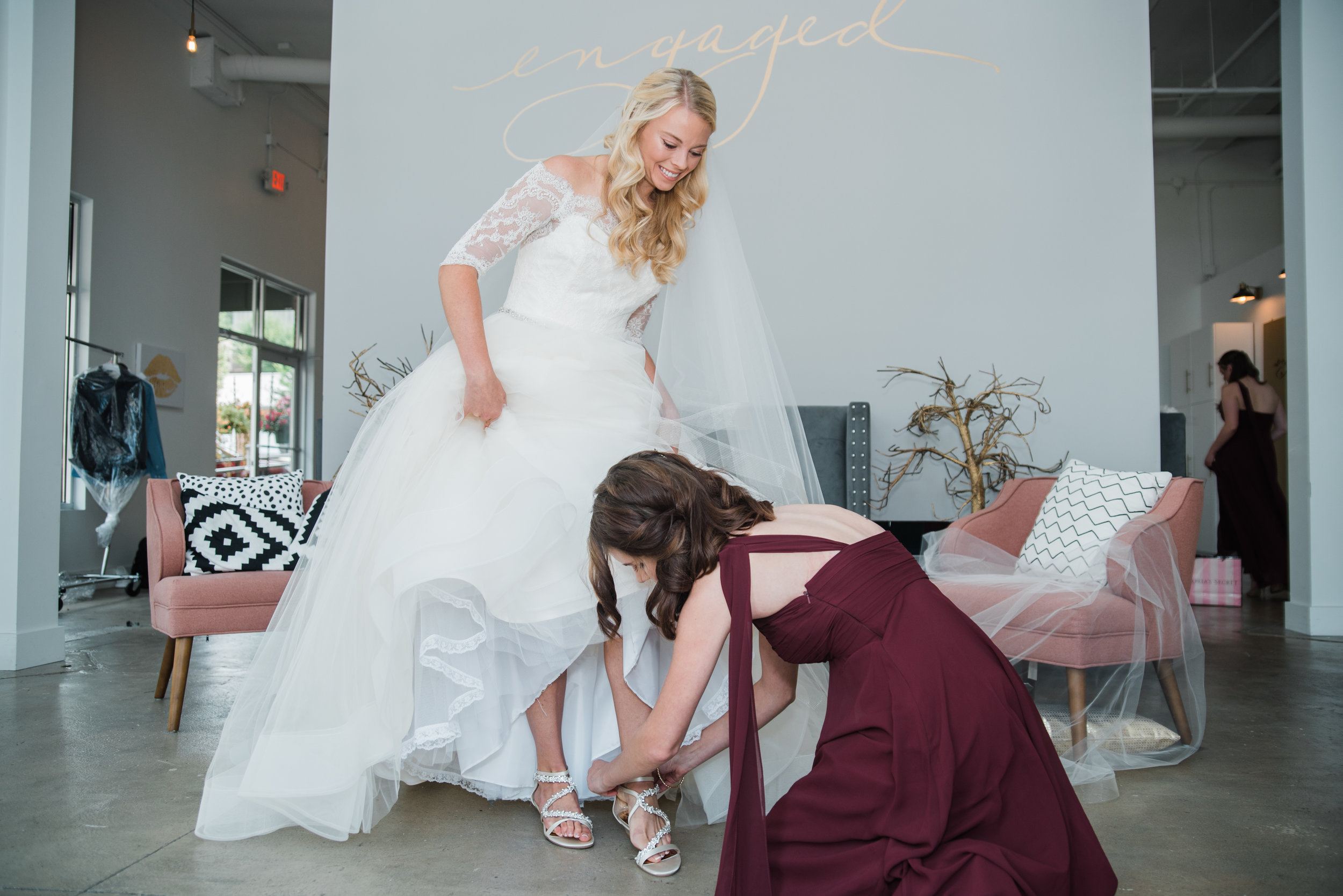 LaurenEric_Wedding_Getting Ready-115 putting on shoes.jpg