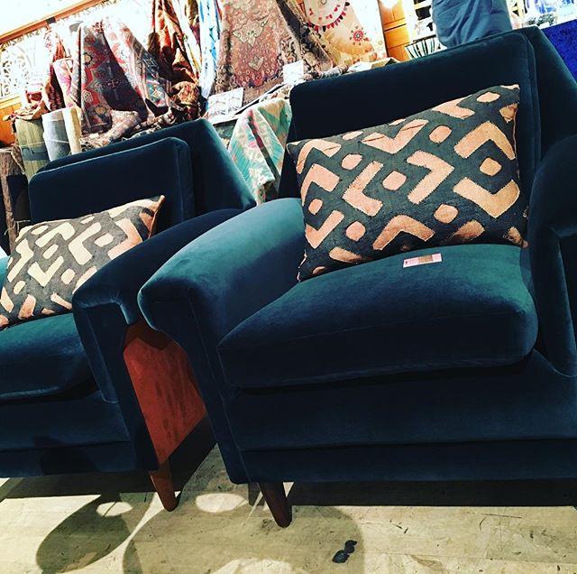 #velvet #armchairs #twotone @kvadrattextiles @lelievreuk @kensingtonantiqueartdecorative #midcenturymodern #bespoke #vintage #tribal #cushions ON TODAY