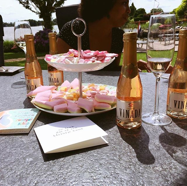 S U R P R I S E !🍾🧁🍩🍰🥂💕🌞⛱🚤 #babyshower #throwback #lastsunday #allesroze #pinkparty #vinada #founder #momtobe #babygirl #36weekspregnant #exciting #congrats #cheers #surprise #flabergasted (no pictures👙😅) #forgottotakeagrouppic