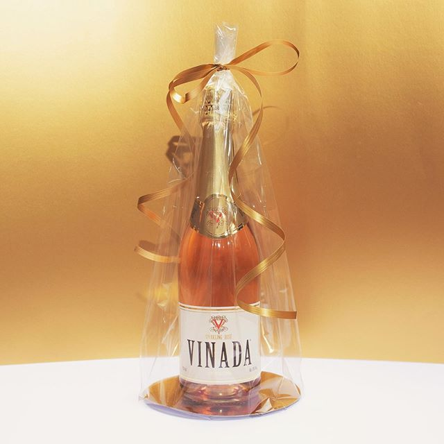 Looking for an ORIGINAL gift? #vinada #alcoholfree #bubbles #giftideas #drinks #giftforher #diner #aperitivos #party #wedding #diet #babyshower #birthdaygifts #drinkallday #wine #lowcarb