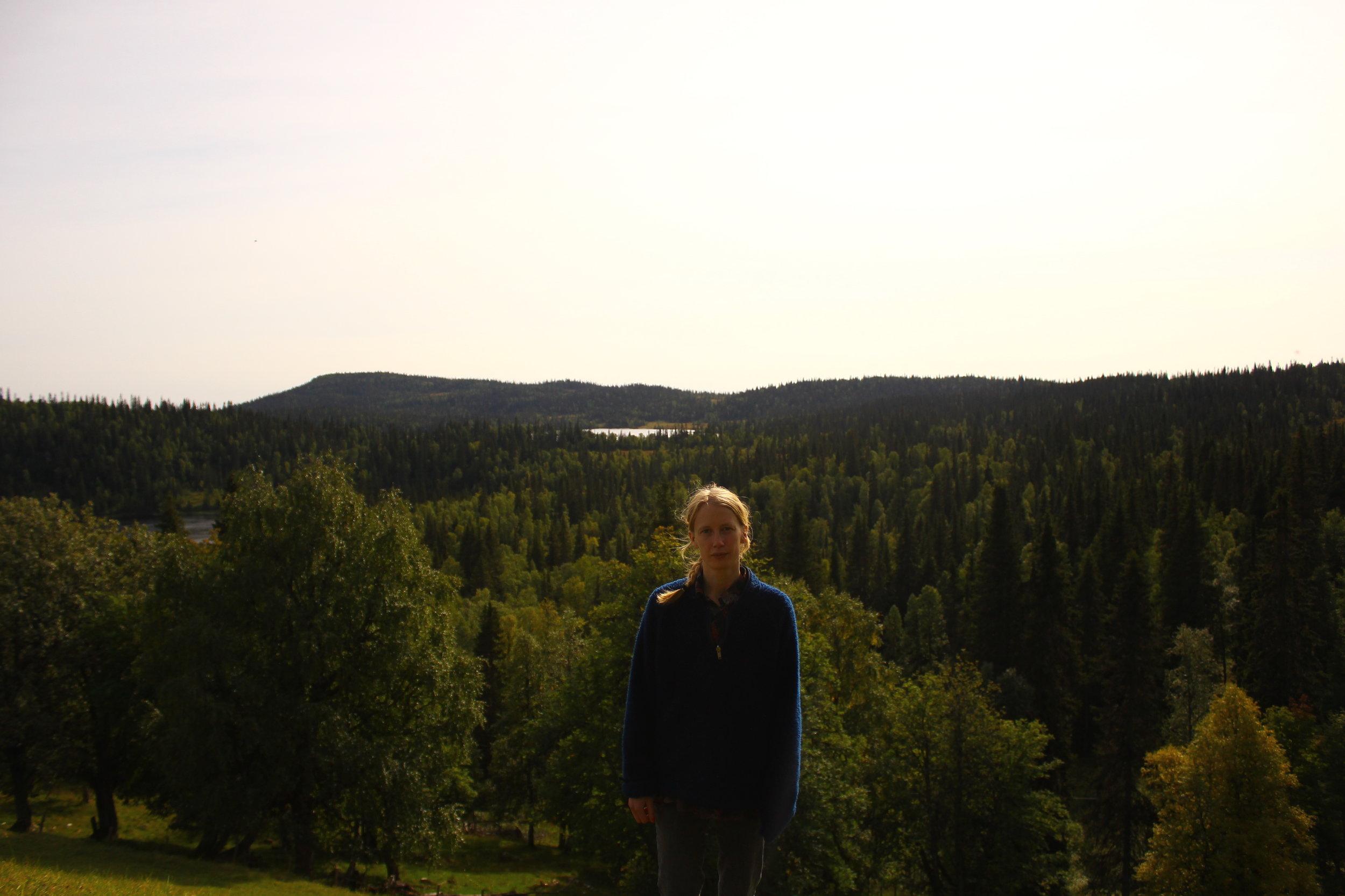 Karin och skog.JPG