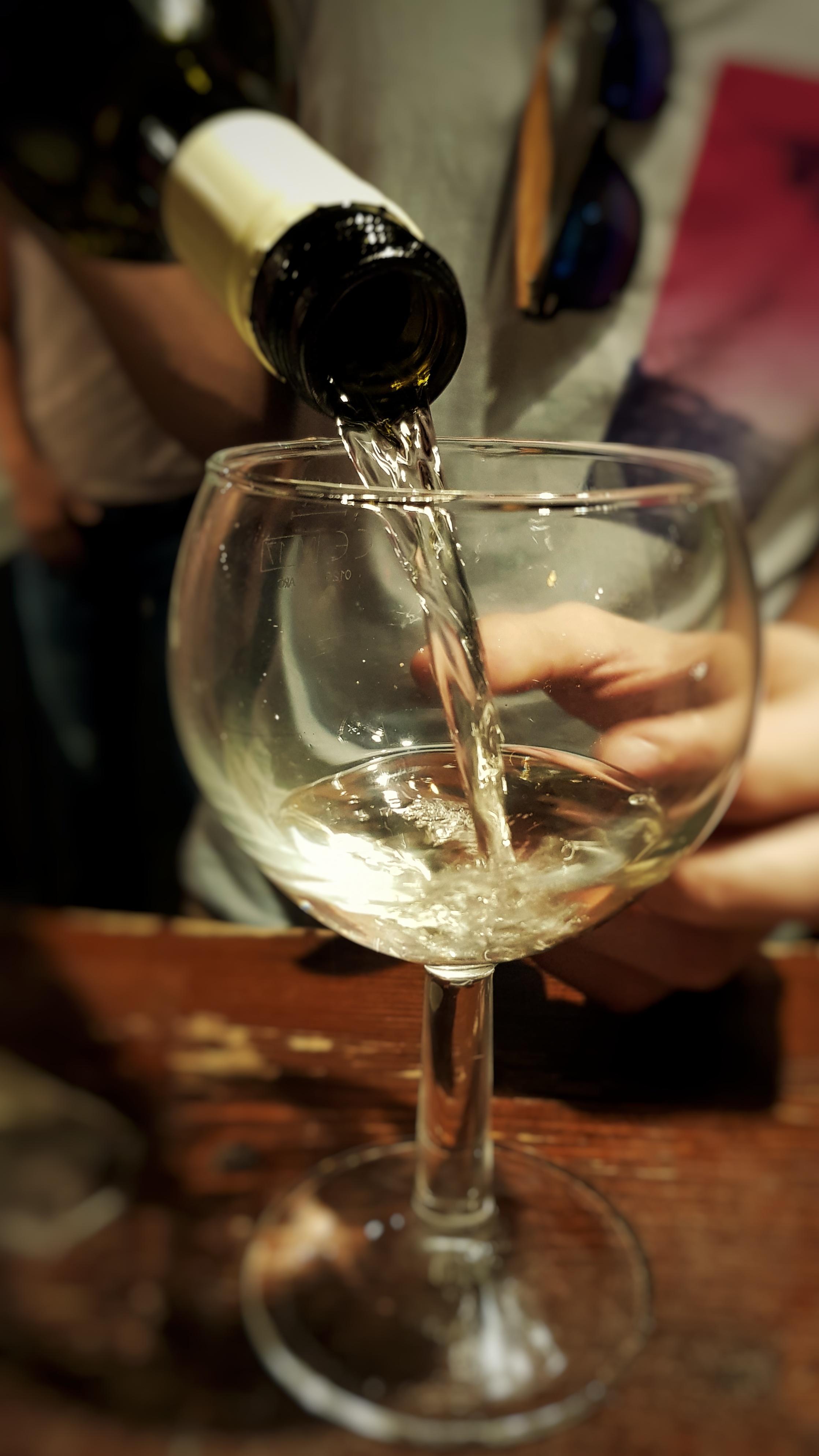 Glas Wein am Rüdesheimer Platz.jpeg