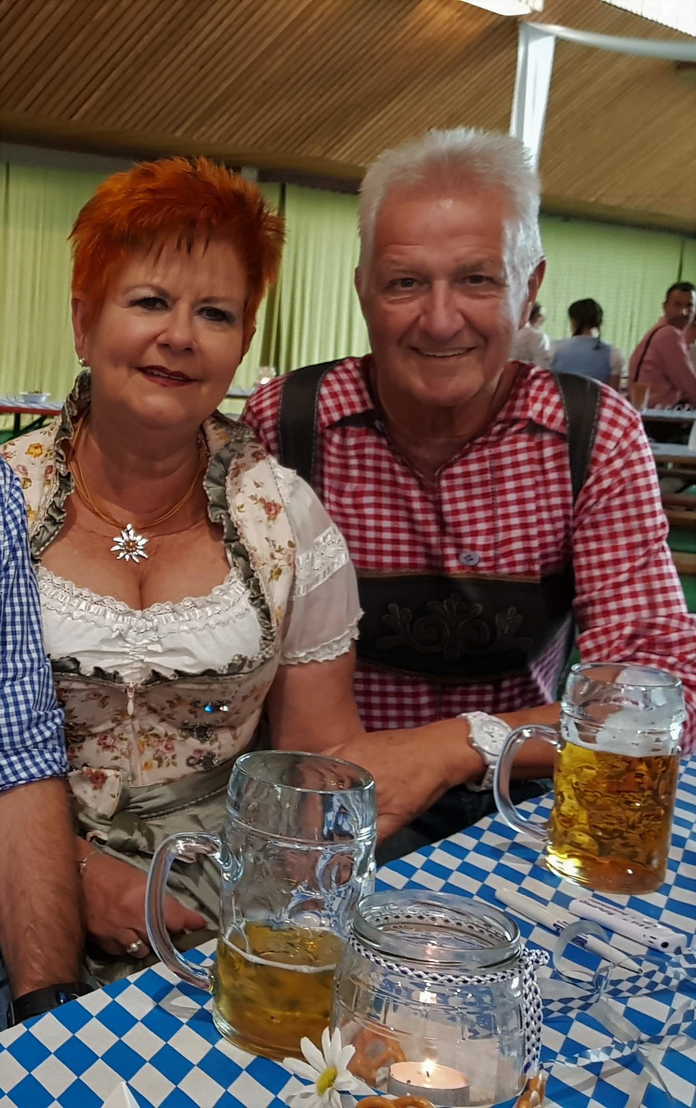 Rainer und Kyra Oktoberfest Heilandsweide.jpg