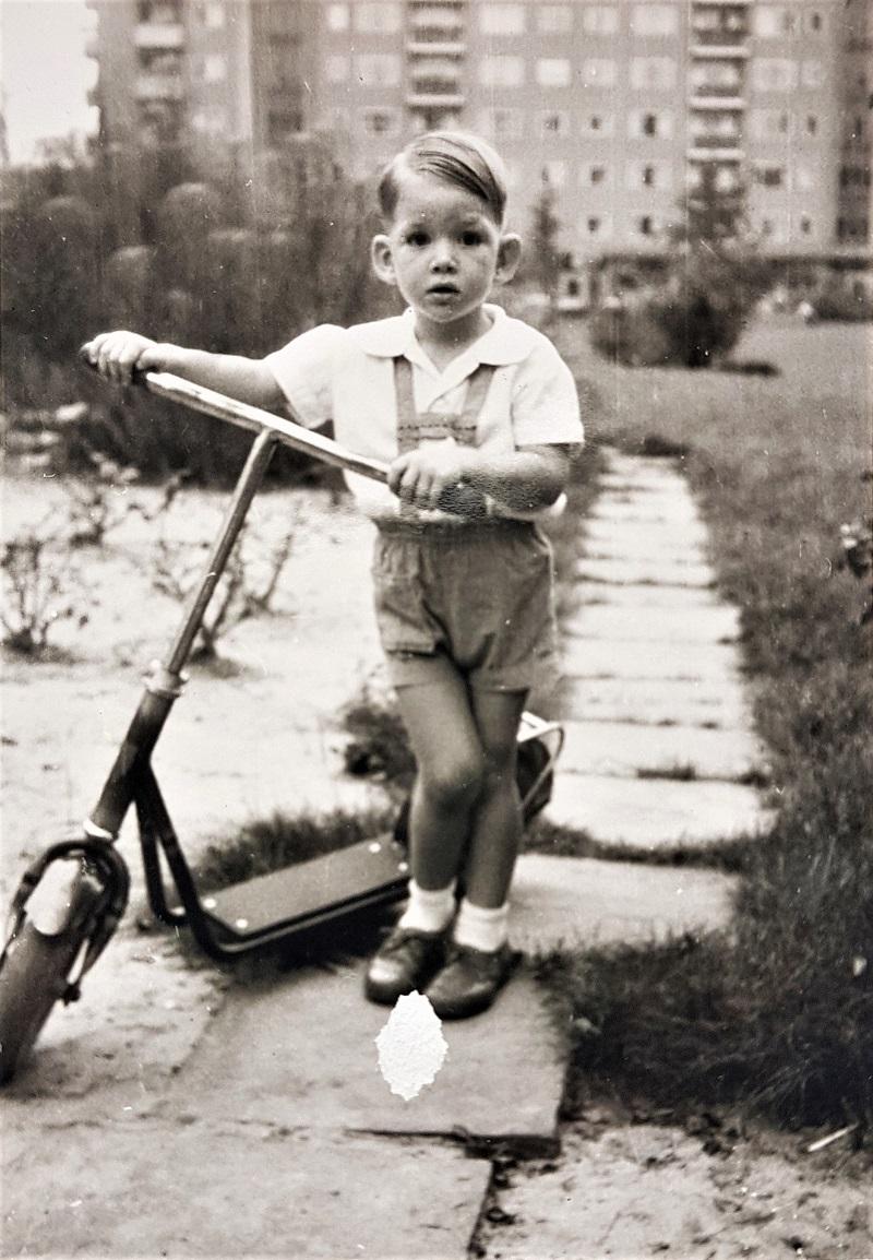 Kinderfoto mit Roller.jpg