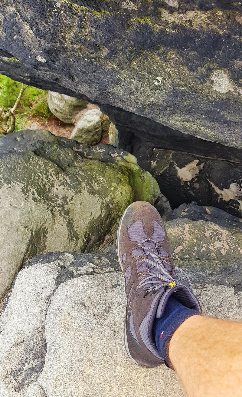Stiefel über Felsspalte.jpg