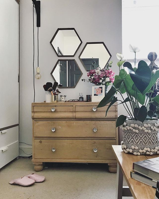 Trying hard not to think about the amount of flies I inhaled on tonight's run and how many baby flies might be hatching in my brain 😱🙈😂 ⠀⠀ #dressingtable #dressingroom #bedroom #bedroomdecor #bedroomgoals #bedroominspo #bedroomstyle #bedroomideas #bedroomdesign #bedroomdecoration #bedroominterior #bedroominspiration #bedroomstyling #bedroomdetails #masterbedroom #vintagefurniture #pinefurniture #interior4you #pocketofmyhome #interior_and_living #interiorinspo #interiorwarrior #homeinspiration #interiorideas #styleithappy #bhghome #interiorstyling #interiorandhome #howyouhome #stellarspaces