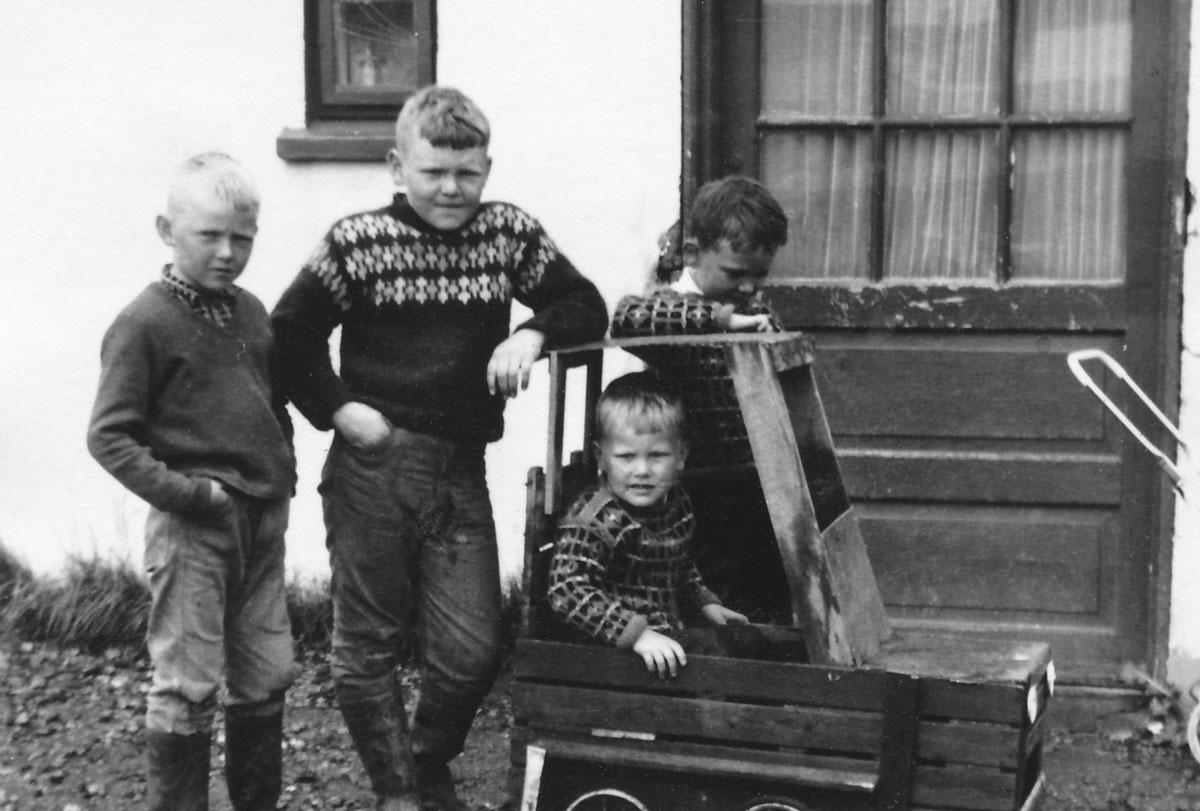 Kassabílakarlar: Magnús, Benedikt, Bjarni og Atli fyrir utan gamla bæinn í Hveratúni. (myndIB)