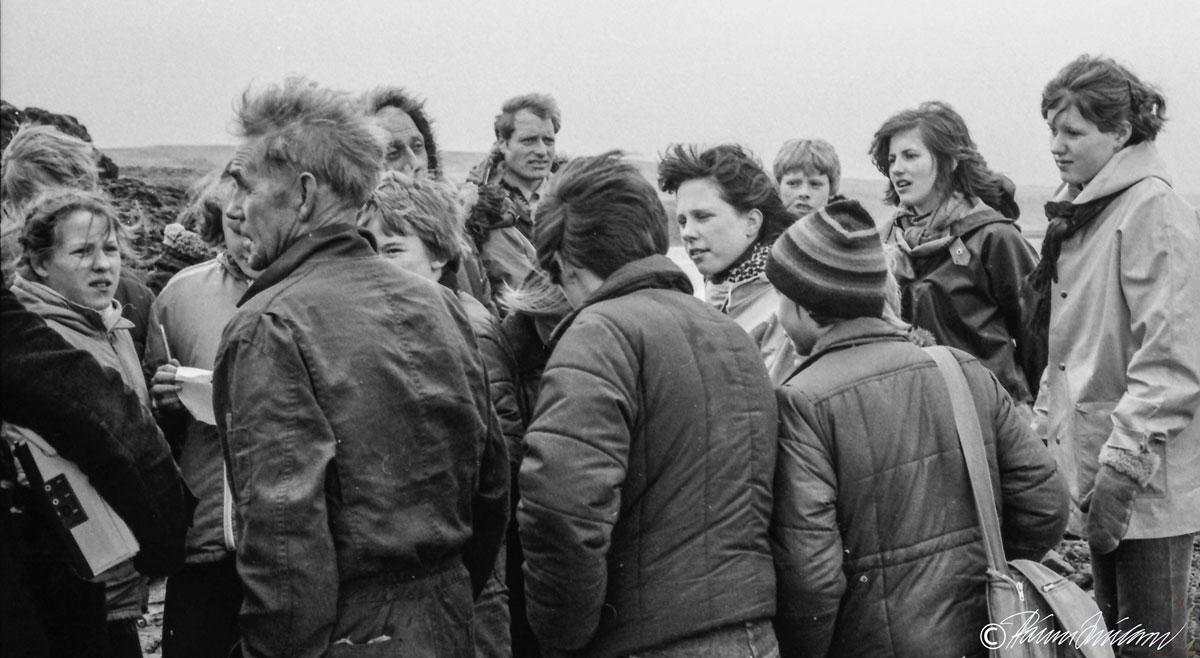 Vettvangsferð 1980. Á myndinni kemur Einar Tómasson (1912-1988) í Auðsholti fræðir nemendur um Auðsholtsferju. (mynd pms)