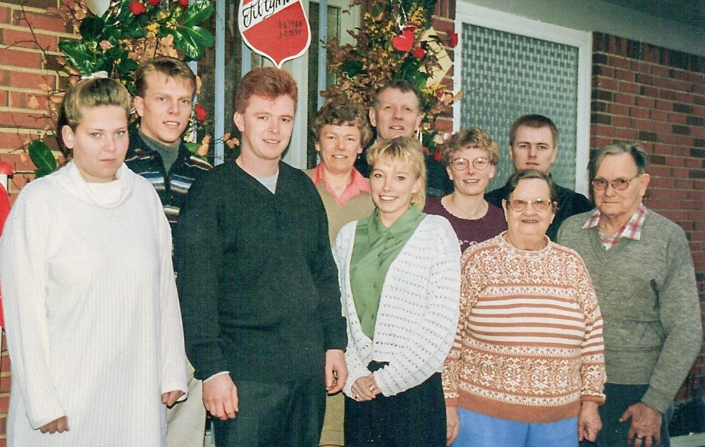 Ketty og Børge syninum Søren, tengdadótturinni Lissie og þrem barnabörnum, Gitte, Jette, Allan og tengdabörnum, árið 1994, þegar Søren og Lissie héldu upp á silfurbrúðkaup sitt. (Mynd frá Lissie Lemming)