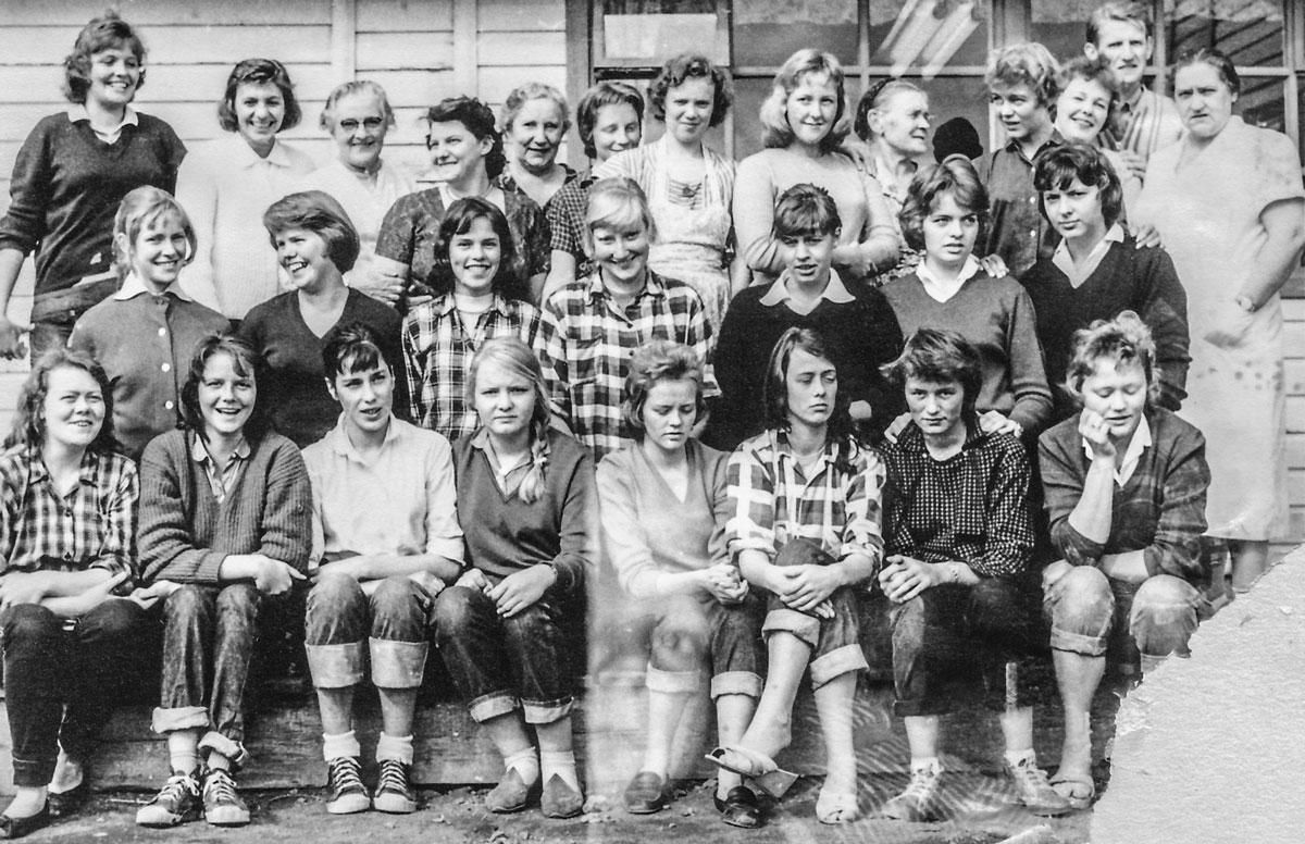 Starfsfólkið 1959.  Neðsta röð f.v. Eva, Margrét Schram, Margrét Jónsdóttir, Gegga/Bessa, Margrét ?, ?, Guðríður Thorlacius.  Miðröð: Hrefna, Gígja, Ásta, Dagný, ?, ? (Oddný). Efsta röð: Rósa Magnúsdóttir vökukona (D) Helga, Major Svava. ?, ?, ?, ?, ?, dóttir Karls O. Runólfssonar, Dísa, Matthías Frímannsson, Sigríður matráðskona.  Mynd frá Hrefnu Hjálmarsdóttur eftir Matthías Frímannsson.
