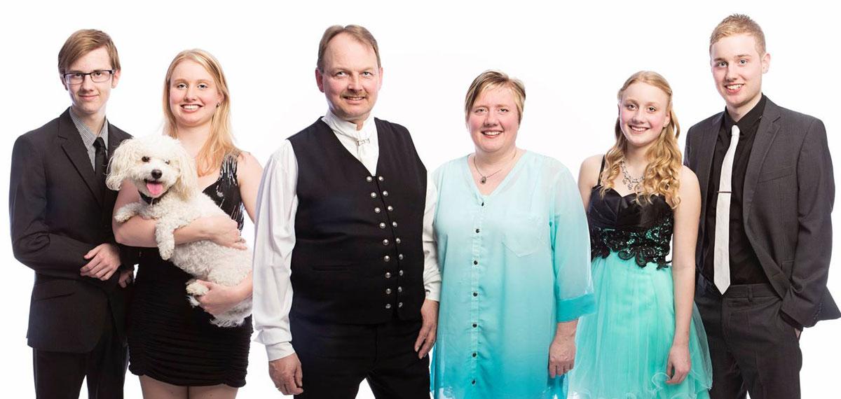 Jakob og Alice með börnum sínum , f.v. Kasper Örn, Arndís Anna, Sara Margrét og Hjalti Pétur.  (mynd af Fb)