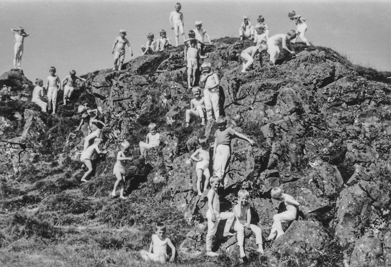 Strákahópur léttklæddur í blíðviðri sumarið 1959 (mynd Matthías Frímannsson, fengin hjá Hrefnu Hjálmarsdóttur)