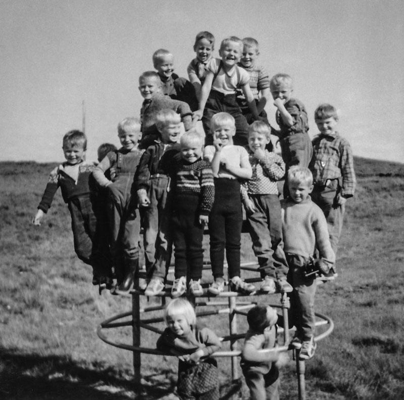 Strákahópur í klifurgrind sumarið 1959 (mynd Hrefna Hjálmarsdóttir(