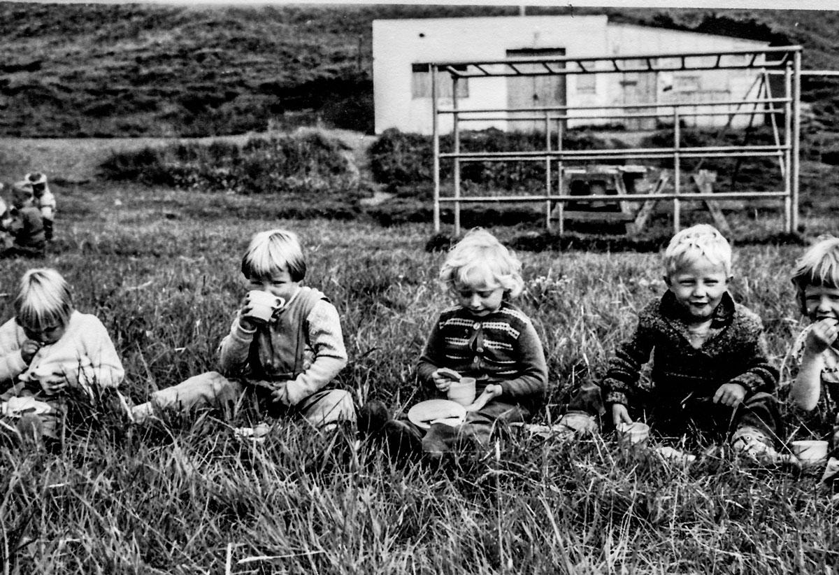 Mynd frá sumrinu 1959. Kaffitími utandyra í góðviðri. Mynd Matthías Frímannsson frá Hrefnu Hjálmarsdóttur)