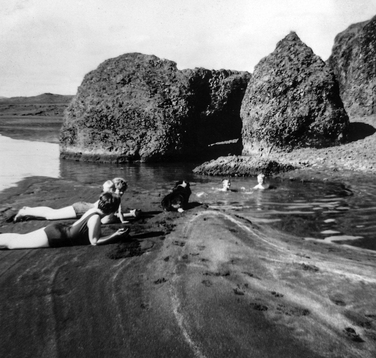 Laugarásbúar á baðströndinni í Launrétt 1962 (Mynd Ásta Skúladóttir)
