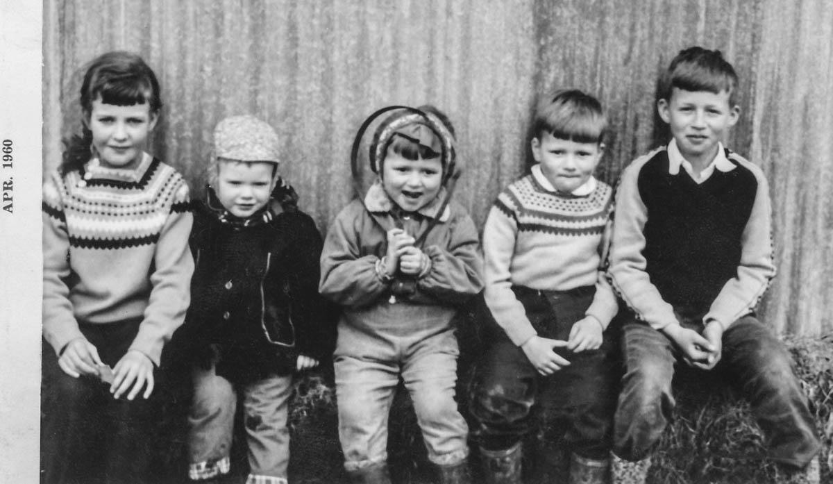 Lindarbrekkusystkin 1960. Í miðju Katrín Gróa, svo Jón Pétur hægra megin við hana og loks Indriði. Tvö barnanna eru óþekkt.