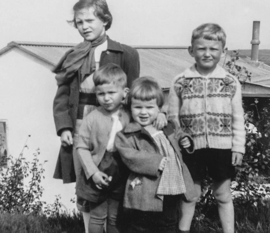 Stúlkan fyrir aftan óþekkt, en hin frá vinstri: Indriði, Gróa Kristín Helgadóttir og Birgir Stefánsson.