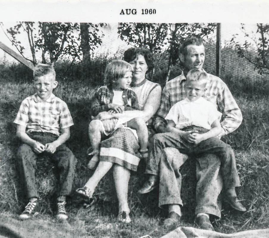 Fjölskyldan 1960. Börnin frá vinstri Indriði, Katrín Gróa, Jón Pétur.