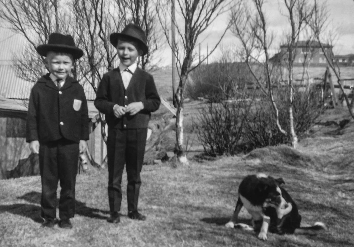 Bjarni Harðarson og Grímur Guðmundsson leika stóra karla. Í baksýn er læknishúsið.