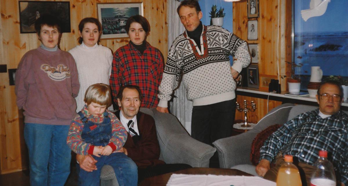 Helgi áttræður 1994. Fyrir aftan standa f.v. Gróa Kristín, síðan dætur hennar Helga og Guðný Harðardætur og þá Birgir. Bræðurnir Helgi (vistra megin) og Guðmundur fyrir framan,