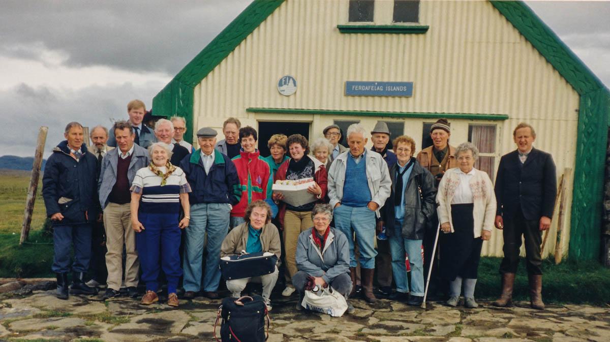 Hópmyndi fyrir utan skála Ferðafélagsins í Hvítárnesi.
