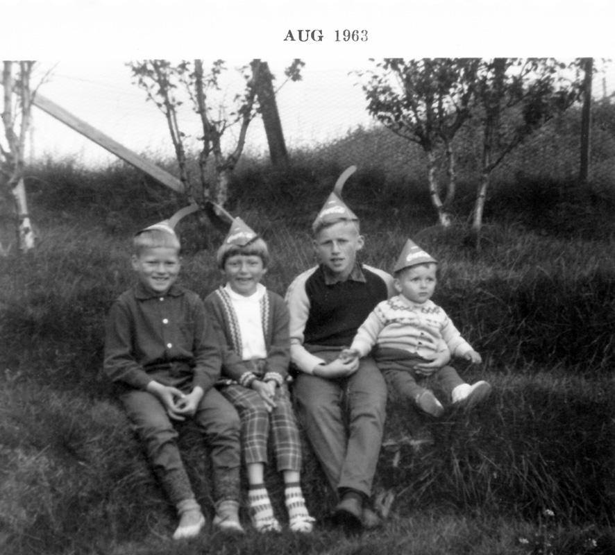Lindarbrekkubörn: f.v. Jón Pétur, Katrín Gróa, Indriði og Grímur. Mynd frá 1963